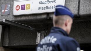 Un policía belga delante de la estación de metro de Maalbeek, en Bruselas.