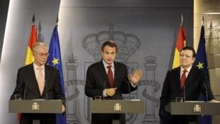 Thủ tướng Tây Ban Nha J.L Zapatero và chủ tịch Ủy ban Châu Âu J.M Barroso (AFP/Pedro Armestre)