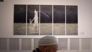 Vue de l'exposition « Croyances » à l'Institut des Cultures d'Islam. «MK», œuvre de Maïmouna Guerresi, montre une femme voilée de blanc en lévitation sur la structure évidée d'un minbar.