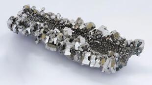 Le niobium entre dans la composition de certains alliages d'acier, il leur donne plus de solidité et de flexibilité, ce qui permet aussi de consommer moins d'acier et d'alléger les matériaux.