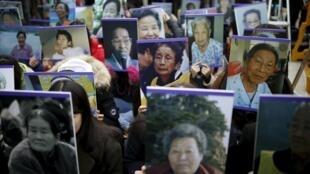韓國民眾手舉慰安婦受害者照片在日本駐韓國使館前示威
