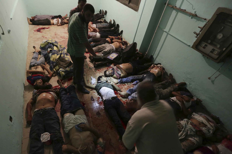 Тела манифестантов, расстрелянных армией во время протестной акции в пригороде Каира 08/07/2013