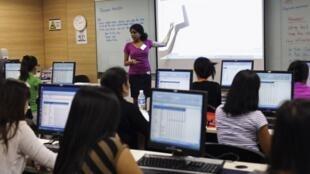Tại Philippines tin học đã trở thành phương tiên chống tham nhũng hiệu quả. ( Ảnh minh họa : Một lớp phổ cập tin học tại Philippines)