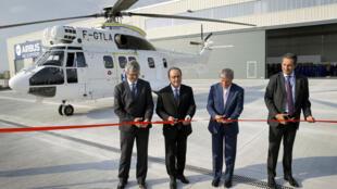 Tổng thống Pháp François Hollande (thứ 2 bên trái) cắt băng khánh thành nhà máy Airbus Helicopters tại Brasov, ngày 13/09/2016.