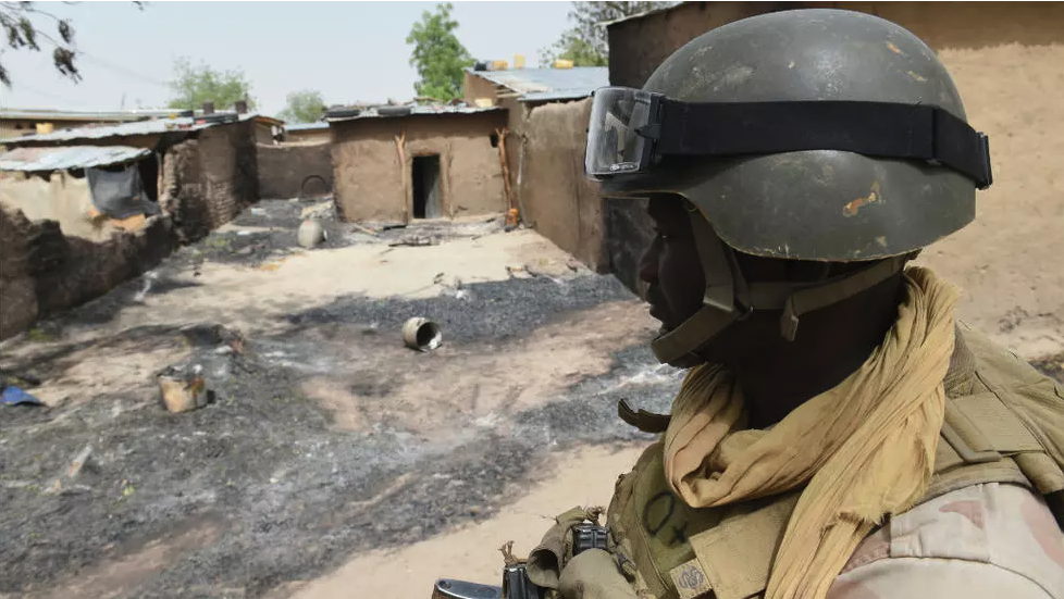 Wani sojan Jamhuriyar Nijar yayin aikin sintiri a Malam Fatori, dake yankin arewa maso gabashin kasar. Niger.