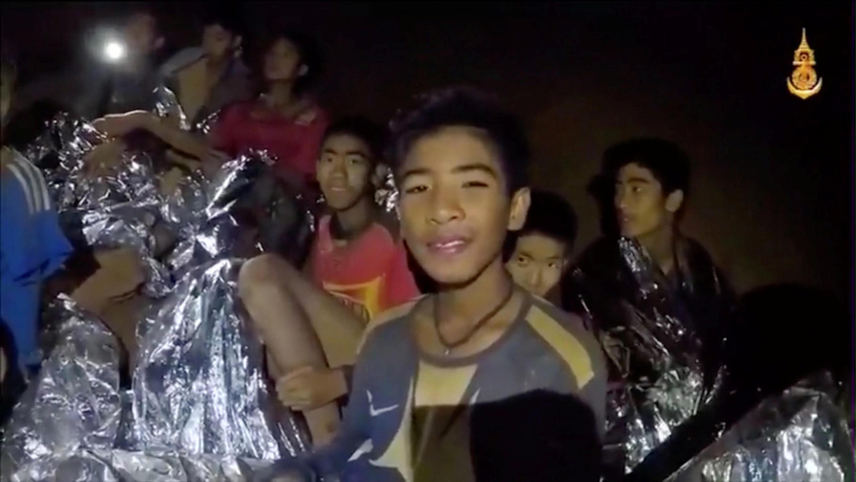 Meninos da equipe de futebol presos dentro da caverna de Tham Luang frente sorriem à câmera em Chiang Rai, na Tailândia. Foto feita em 03/07/18 pela Thai Navy Seal.