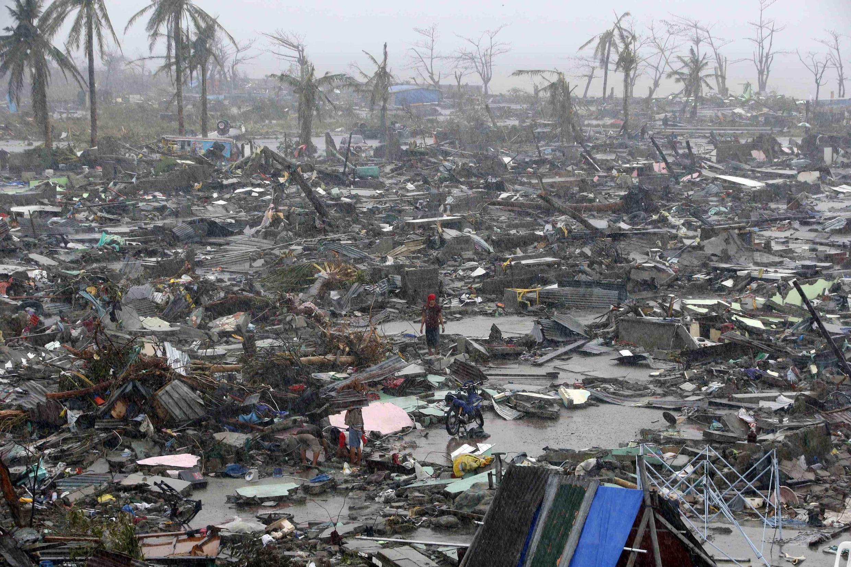 Thành phố Tacoblan, của Philippines, như sau một trận bom rải thảm, sau trận cuồng phong Haiyan, 10/11/2013.