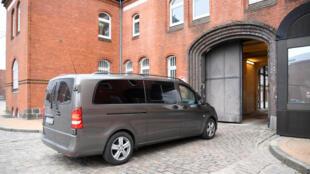 Chiếc xe chở cựu lãnh đạo Catalunya Carles Puigdemont bị bắt, đang đi vào nhà giam ở Neumuenster, Đức. Ảnh 25/03/2018.