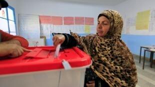 Une Tunisienne dans un bureau de vote de Tunis, le 21 décembre 2014 (Image d'illustration).