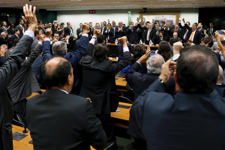 Dân biểu đảng PMDB hoan nghênh quyết định rút ra khỏi liên minh với đảng của đương kim tổng thống Dilma Rousseff, tại Brazilia ngày 29/03/2016.