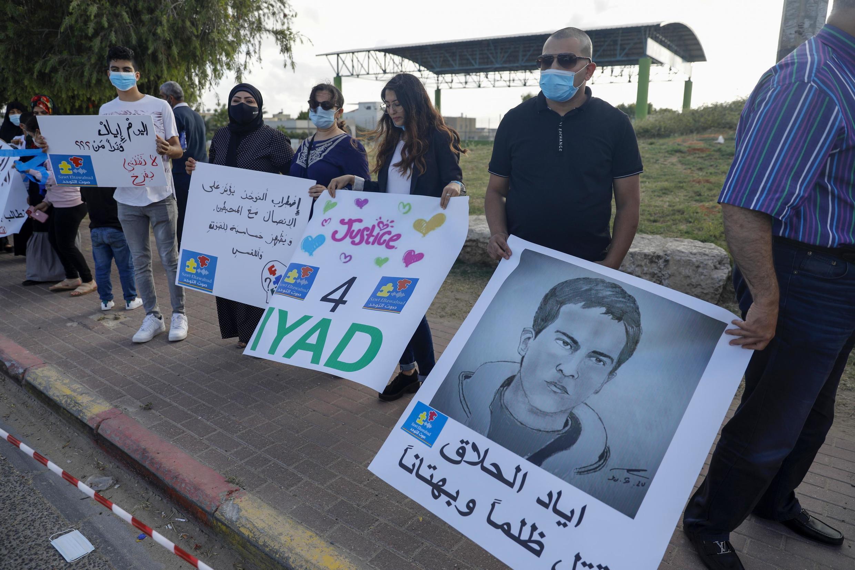 Des manifestants arabes israéliens, membre de l'Autsim awareness group, rassemblés à Tayyiba au nord d'Israël, le 2 juin 2020; pour protester contre la mort du jeune Palestinien Iayad Hallak.
