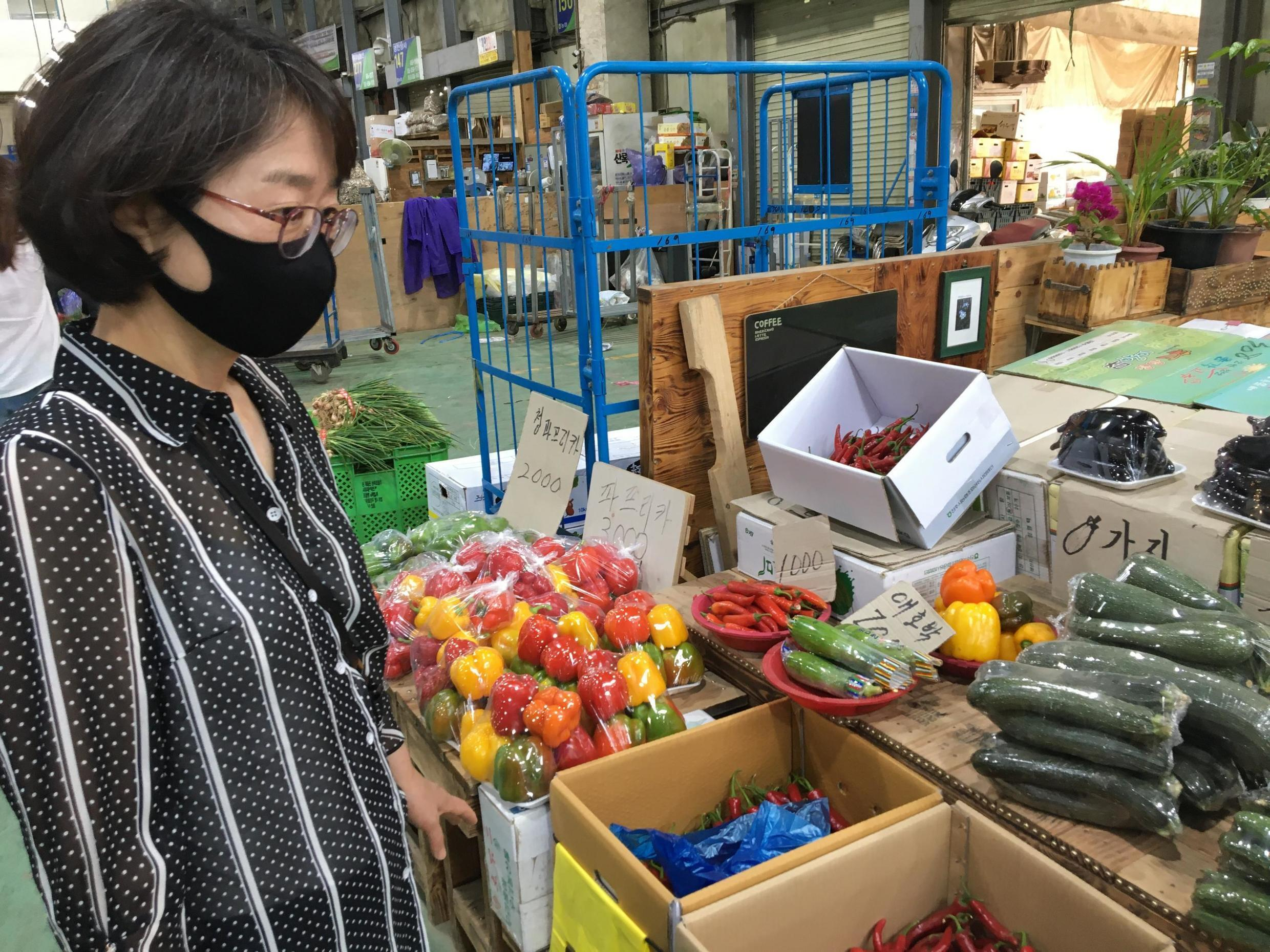 Nam Kyung-hee visite le marché.