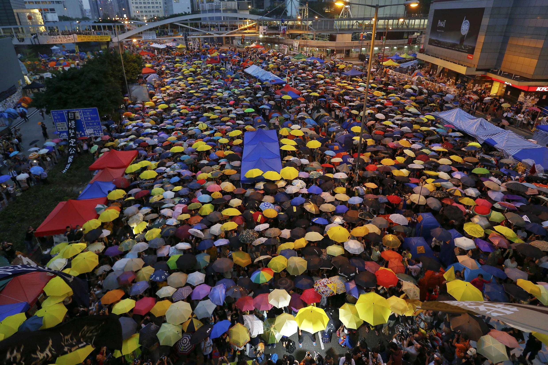 Les manifestants pro-démocratie se rassemblent le 28 octobre 2014 à Hong Kong, pour célébrer un mois de mouvement. Les parapluies étaient originellement utilisés pour se protéger contre les gaz lacrymogènes.