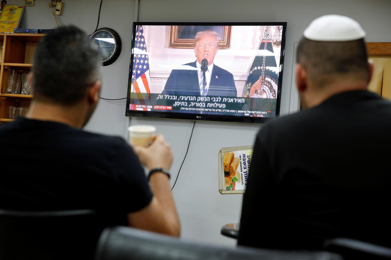 دو اسرائیلی در حال دیدن سخنرانی ترامپ در یکی از کافی شاپهای شهر اشکلون