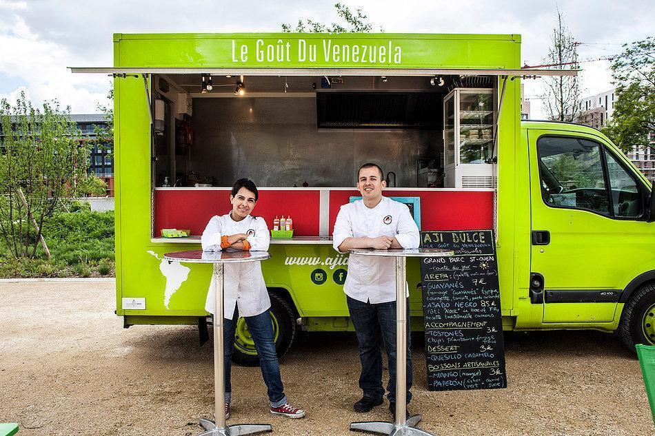 Daniela Baland y Luis Machado abrieron su food truck de comida venezolana hace casi un año y medio en París.