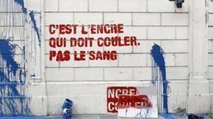 """Este 3 de mayo de 2011 activistas de la organización Reporteros sin Fronteras (RSF) pintaron con tinta la fachada de la embajada de Siria en París para pedir libertad de prensa , al grito de """"que corra la tinta y no la sangre"""""""
