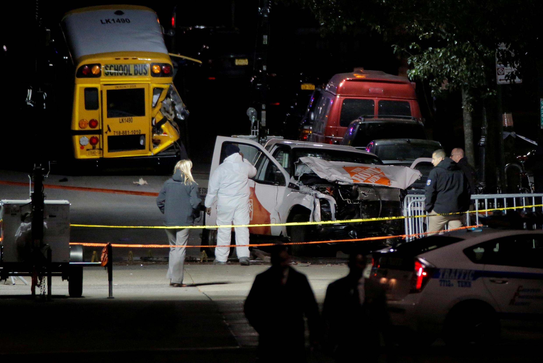Cảnh sát kiểm tra chiếc xe tải dùng để khủng bố tại Manhattan, New York, 01/11/2017.