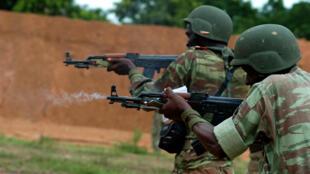 Des soldats béninois à l'entraînement aux armes légères (image d'illustration)