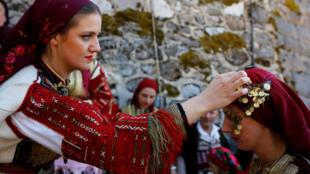 """马其顿""""圣父节""""传统服饰"""
