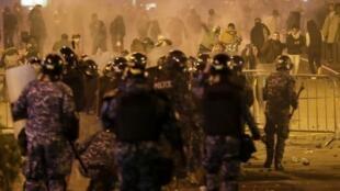 تظاهرات، روز شنبه ۱۴ دسامبر، خشونتبارترین تظاهرات از زمان آغاز اعتراضات در لبنان بود. درگیری میان پلیس و معترضان در شامگاه شنبه نیز دهها مجروح بر جای گذارد.