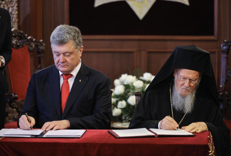 Президент Украины Петр Порошенко и Вселенский патриарх Варфоломей подписали соглашение о сотрудничестве между Киевом и Константинопольским патриархатом.