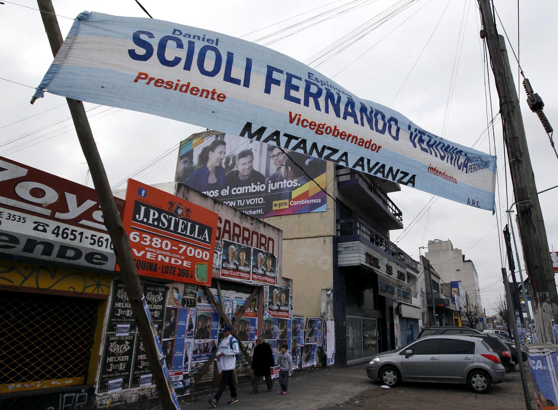 Buenos Aires invadida por banners publicitários de Daniel Scioli (centro) e outros candidatos às eleições presidenciais na Argentina, em foto de 5 de agosto de 2015.