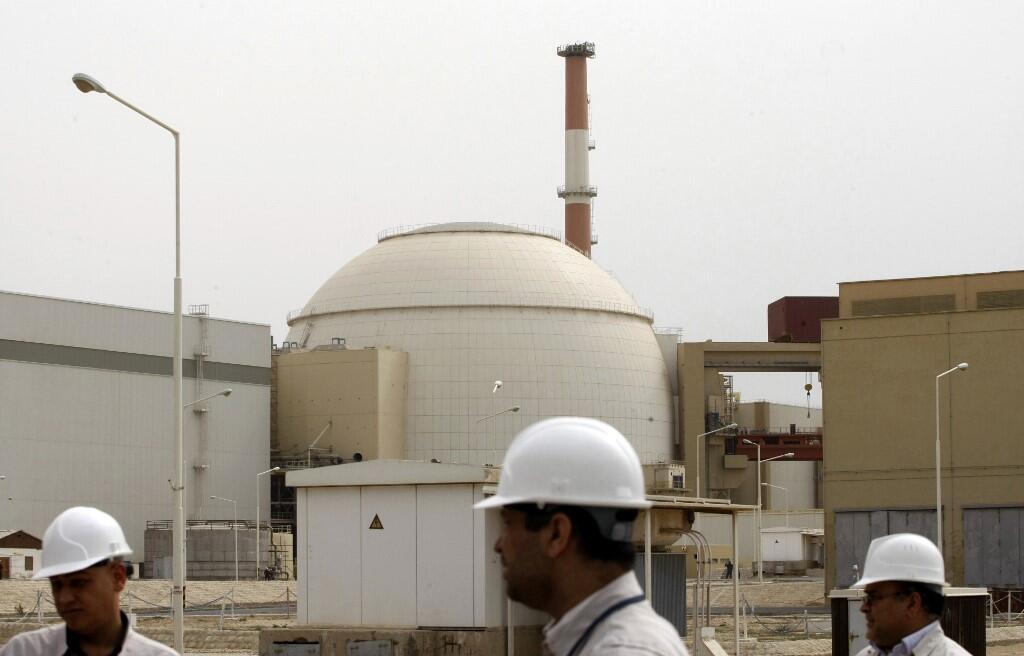 Des techniciens iraniens à l'extérieur du bâtiment abritant le réacteur de la centrale nucléaire de Bouchehr, à 1200 km au sud de la capitale, Téhéran, le 25 février 2009 (photo d'illustration).