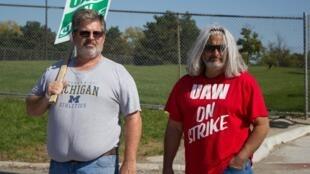À droite, Georges R. fêtera ses 35 ans chez General Motors en janvier prochain.