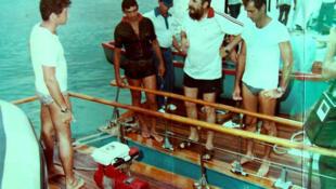 Vers 1980, les deux vedettes de Fidel Castro, les <i>Pionera I</i> et <i>II</i>, accostées. Discussion préparatoire en vue d'une partie de chasse sous-marine, avec un caméraman et un éclairagiste. L'auteur, Juan Reinaldo Sánchez, a une combinaison marron.