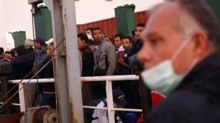 Parmi les migrants, il y a des Syriens et des Palestiniens secourus par un bateau de sauvetage qui les a amenés jusqu'au port de Catane, en Italie, le 15 octobre 2013.
