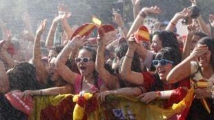 Les supporters de « la Roja » sont aspergés d'eau en attendant leurs héros à la place de Cibeles.