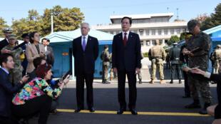 美国国防部长2017年10月27日在韩国国防部长文尚均陪同下前往板门店韩朝非军事区视察。