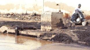 Maisons en bordure du canal Hann-Sann, qui risque de s'affaisser.