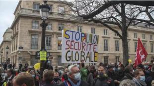 Des centaines de personnes ont défilé à Paris contre le projet de loi sur la «sécurité globale», le 17 novembre 2020.
