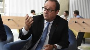 L'ancien président français François Hollande s'exprime dans les locaux de sa fondation nouvellement ouverte, Fondation la France s'engage (FFE), pour soutenir des projets d'innovation sociale, au campus de la station d'accueil F à Paris le 6 septembre.