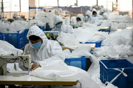 Trabajadores confeccionan trajes de protección contra el nuevo coronavirus en una fábrica de Wenzhou, en el este de China, el 28 de febrero de 2020