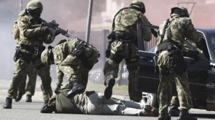 Des forces spéciales sud-africaines simulent une arrestation lors d'un exercice de sécurité le 17 mai.