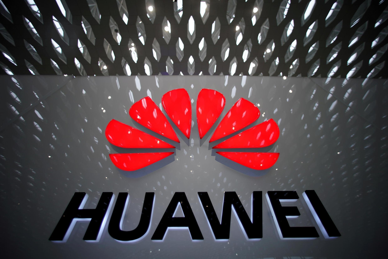 Le logo d'Huawei, visible à l'aéroport international de Shenzen, en Chine.