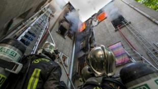 Пожарные тушат огонь в жилом доме в Сен-Дени