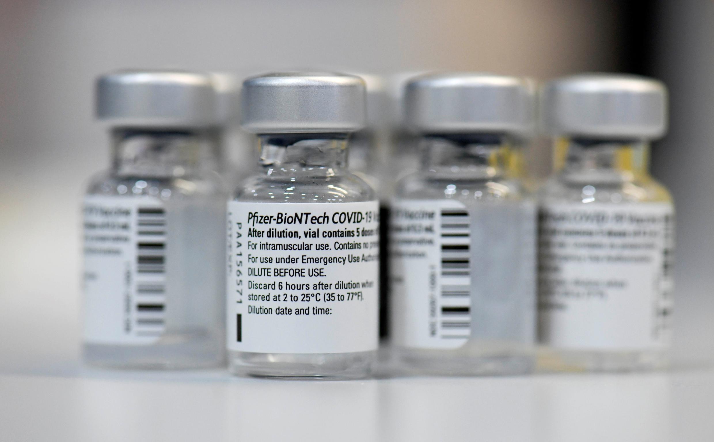 Des flacons vides du vaccin anti-Covid Pfizer-BioNTech, au centre de vaccination régional, le 22 janvier 2021 à Lduwigsburg (Allemagne)