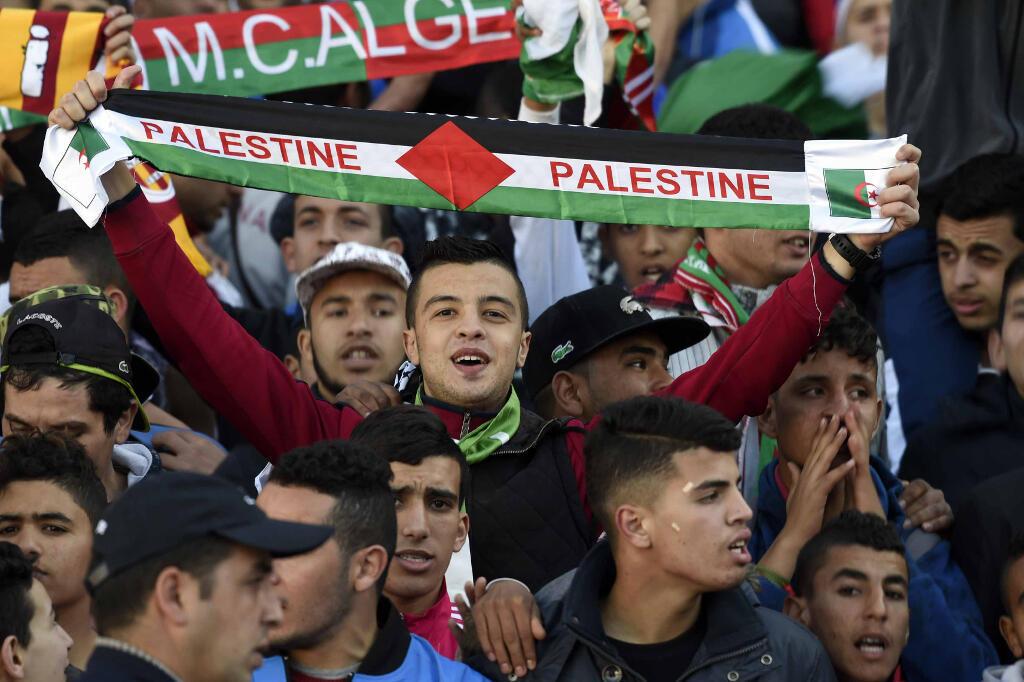 Des supporters palestiniens lors d'un match amical avec l'Algérie le 17 février 2016 à Alger.