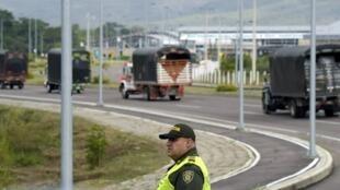 Les militaires vénézuéliens bloquent le pont Tienditas, qui relie Cucuta en Colombie et Ureña au Venezuela, dans l'État frontalier de Tachira, où l'armée a renforcé sa présence.