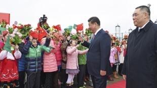Tuy trời mưa, nhưng Macao có lệnh cấm không được che dù khi đón tiếp ông Tập Cận Bình - MACAU-CHINA /CONTROL / REUTERS
