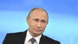 Le président russe Vladimir Poutine a répondu en direct à a télévision aux questions de ses concitoyens, ce jeudi 16 avril 2015.