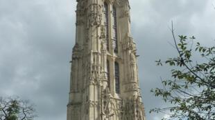 A torre Saint Jacques do século XVI foi construída na primeira praça que foi feita em Paris e que leva seu nome.