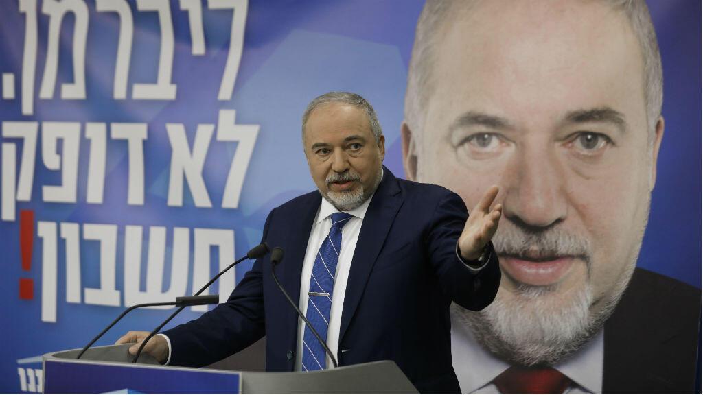 El 20 de enero de 2019, el ex ministro de defensa de Israel, Avigdor Lieberman, conversa durante la apertura de su campaña del partido Yisrael Beiteinu para las elecciones israelíes.