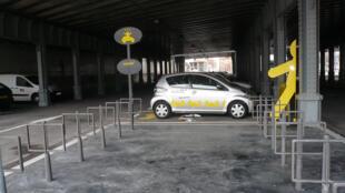 Cinq cents stations seront installées dans Paris et en banlieue pour accueillir 4 000 Autolib'.