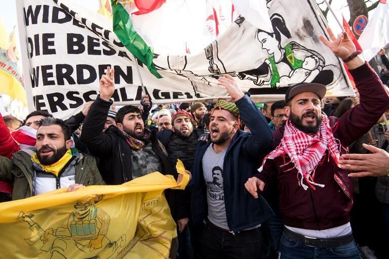 تظاهرات کردها در شهر کلن، در اعتراض به حمله نظامی ترکیه به مناطق کردنشین شمال سوریه.   شنبه ٧ بهمن/ ٢٧ ژانویه ٢٠۱٨