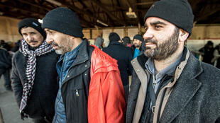 Migrantes fazem fila para pedir asilo na França.