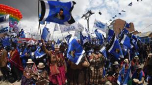 Simpatizantes del candidato presidencial boliviano Luis Arce del Movimiento Al Socialismo (MAS), liderado por el ex presidente boliviano Evo Morales, participan en un mitin en El Alto, Bolivia, el 14 de octubre de 2020, antes de las elecciones generales.